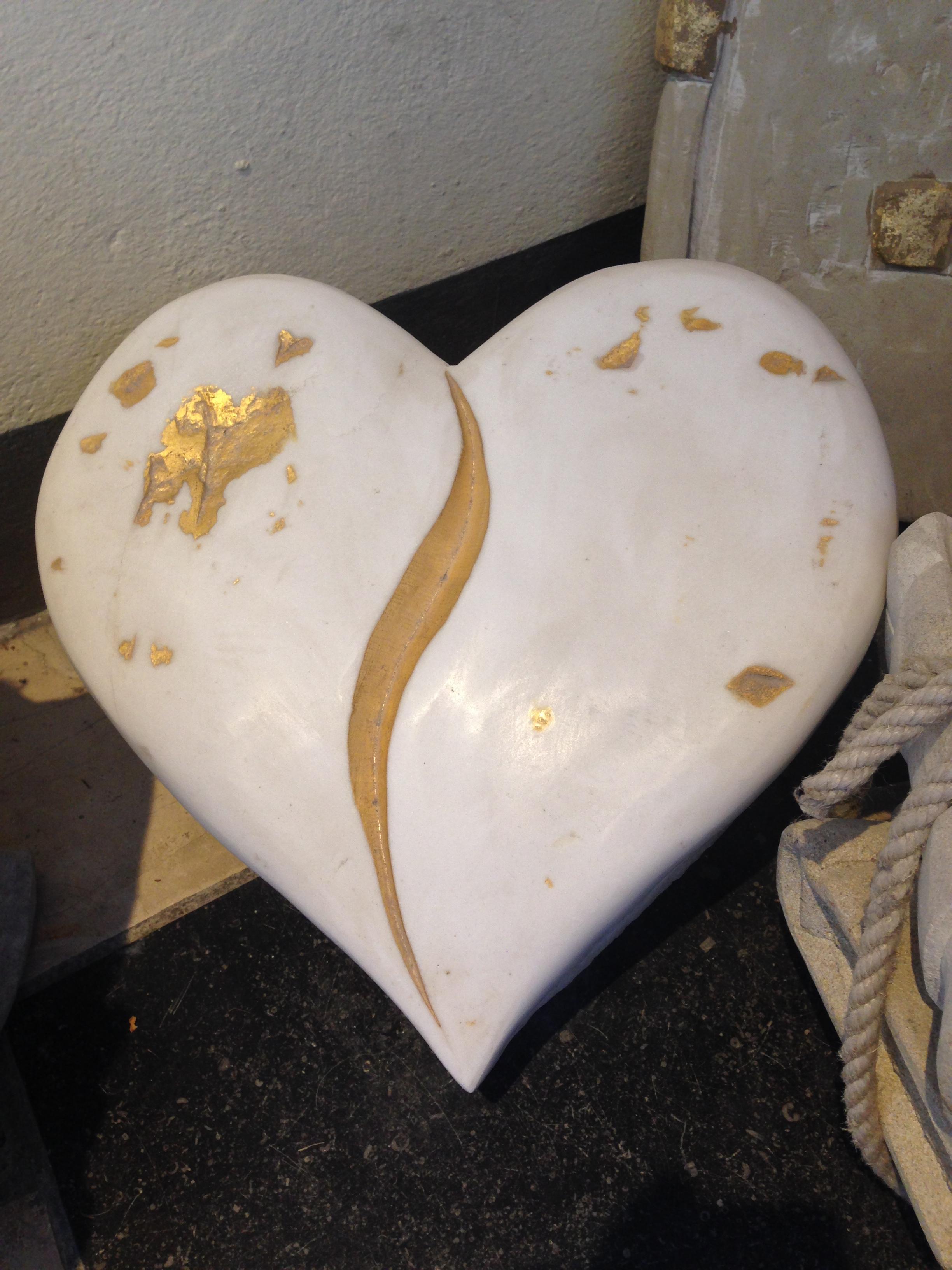handwerkliches Herz in Marmor mit Blattgold Aplikation