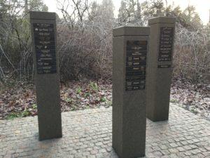 Gemeinschaftsgräber mit Baumgrabtafel aus Bronzeplatte